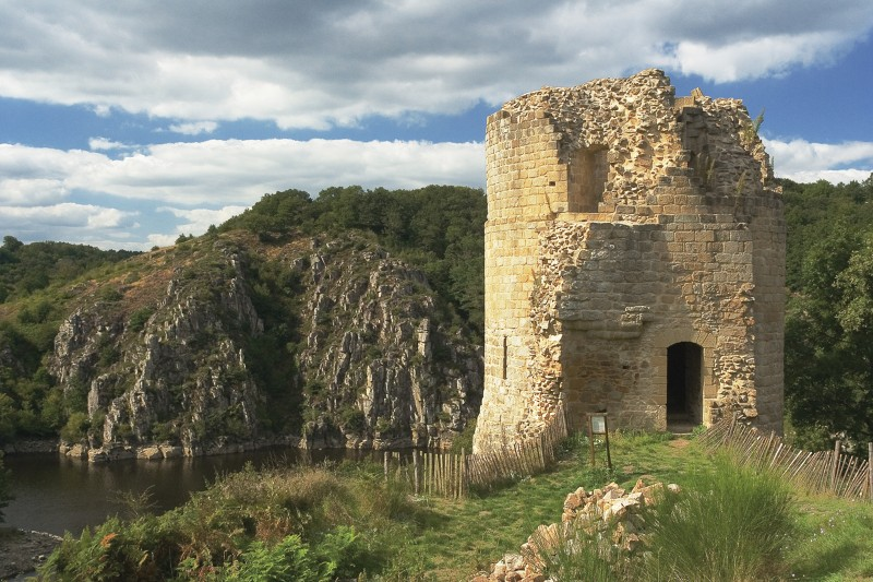 Chateau de Crozant dominant la Creuse